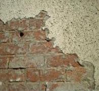 Mur en brique avec un enduit défectueux