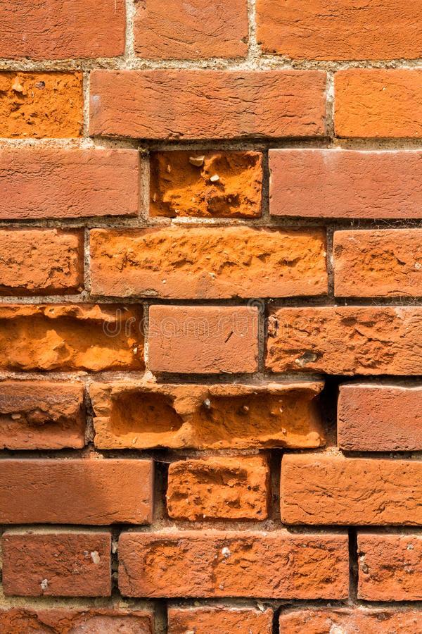 Mur de brique endommagé par le gel